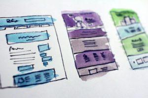 dessin à la main de trois mockup de page web de couleur bleue, violette et verte